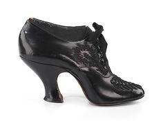 1900-1910 - Oxfords- Zapatos de Cena    Probablemente sea una pieza de exposición ejecutada para mostrar las capacidades del fabricante, ya que solo existe un zapato. Fue diseñado por Charles Strohbeck y fabricado en Brooklyn.