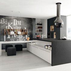 Mur tableau noir, cuisine grise: