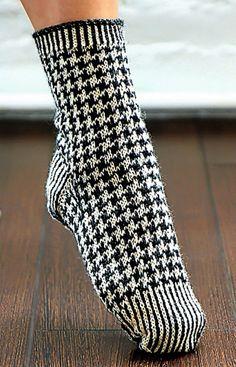 Strikkede sokker trenger ikke å være trøtte. Disse syns vi faktisk er ganske kule! Hundetannmønsteret er jo aldri helt borte i fra motebildet, men de siste årene har det fått en viss renessanse. Hvorfor ikke pimpe opp føttene med et par som også holder deg god og varm?