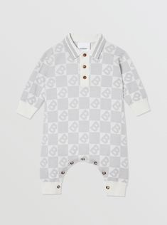A knitted jumpsuit in cotton, Merino wool and cashmere, styled with a neat point collar and ribbed trims. The style is jacquard-woven with a reinterpretation of our logo. Baby Boy Fashion, Kids Fashion, Little Babies, Baby Kids, Baby Burberry, Everything Baby, Baby Boy Outfits, Fold Towels, Point Collar