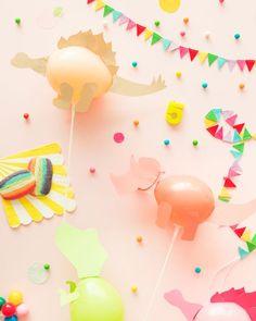 Foto: Oh Happy Day Los dinosaurios son muy populares en las fiestas para niños. ¡Les encantan! Yo no sé qué tienen, si ese halo misterioso por ser una especie casi extinta, si es que son llamativos porque son grandes y peligrosos o porque simplemente molan. Si una de las películas favoritas de tus hijos es Parque Jurásico, ¡entonces estos globos de fiesta son para vosotros! Os vamos a enseñar cómo decorar globos para que parezcan dinosaurios en menos de cinco minutos y con materiales muy…