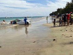 Camaro foi arrastado pelo mar na praia de Cotovelo (Foto: Edson Flávio/Via Certa Natal)