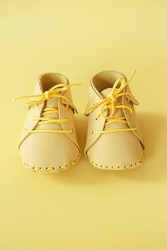 DIY Des chaussures pour bébé en cuir. (Yellow-baby5) (http://mamieboude.com/oh-yellow-baby/)