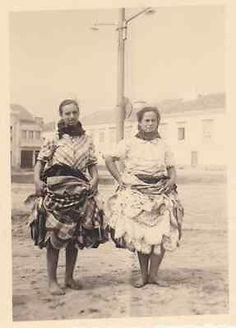 Photographie anonyme vintage snapshot Nazaré Portugal femme jupon