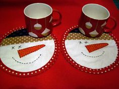 snowmen mug rugs by barb hoover Snowman Mugs, Snowman Crafts, Snowmen, Christmas Mug Rugs, Christmas Sewing, Christmas Quilting, Penny Rugs, Patchwork Quilting, Mug Rug Patterns