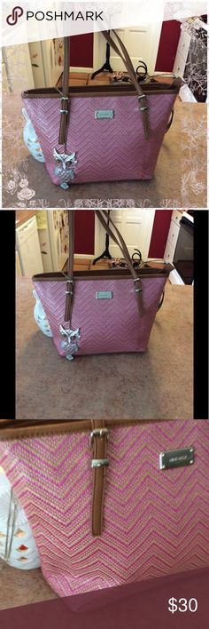 Cute woven Nine West bag 💼 In excellent lightly used condition- zipper closure - interior wall pockets - leather straps and bottom with silver feet - approx 9 1/2 inches tall - 4 inches deep - 8 inch strap drop - 11-12 inches wide Nine West Bags Shoulder Bags