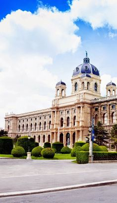 Famous Natural history museum in Vienna, Austria. Visit Austria, Austria Travel, Klagenfurt, Most Beautiful Cities, Wonderful Places, Naturhistorisches Museum Wien, Monuments, Places To Travel, Places To See