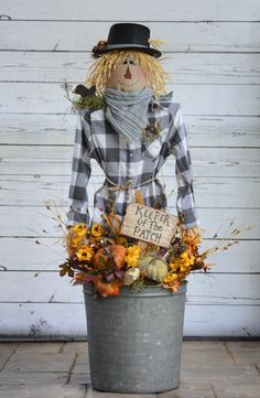 No Sew Fall Scarecrow DYI Fabric Wood Craft Pattern will be a great addition to your front porch! Pattern is complete with instructions, pattern pieces and pictures to create this cute scarecrow. Fall Yard Decor, Fall Home Decor, Fall Decorations, Fall Mailbox Decor, Fall Decor Outdoor, Front Porch Fall Decor, Hobby Lobby Fall Decor, Fall Front Porches, Fal Decor