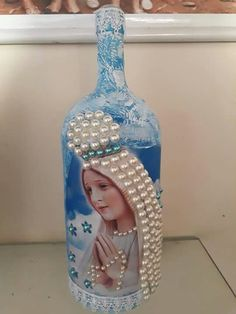 Wine Bottle Crafts – Make the Best Use of Your Wine Bottles – Drinks Paradise Glitter Wine Bottles, Painted Wine Bottles, Painted Wine Glasses, Bottles And Jars, Wine Bottle Design, Wine Bottle Art, Diy Bottle, Recycled Glass Bottles, Glass Bottle Crafts