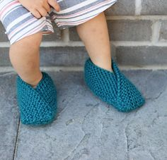 Free knitting pattern for the easiest Toddler Slippers.