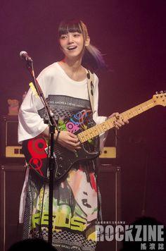 Scandal Japanese Band, Mami Sasazaki, Japanese Girl Band, Pop Punk Bands, Women Of Rock, Guitar Girl, Female Guitarist, Guitar Design, Male Poses