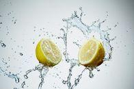 Bere un bicchiere di acqua tiepida in cui si è spremuto il succo di mezzo limone è un segreto per risvegliare il metabolismo. A patto di farlo appena svegli e a digiuno.  Grazie alla pectina, contenuta in abbondanza, aiuta la perdita di peso. Contrasta inoltre la ritenzione idrica e la cattiva digestione (a dispetto di quanto si creda a causa del suo sapore acido).