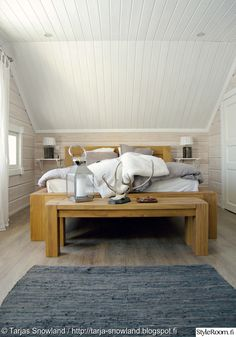 puu,makuuhuone,sänky,penkki,räsymatto Log Home Living, Scandinavian Interior, Log Homes, Dining Bench, Beautiful Homes, Bedroom, House, Inspiration, Furniture