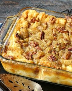 Combining two classics into one dessert. Gooey pecan pie makes this bread pudding unforgettable. Pecan Pie Bread Pudding is actually Pecan Pie without the crust. Instead it's poured over a delicious bread pudding and baked to perfection! Just Desserts, Delicious Desserts, Dessert Recipes, Yummy Food, Pecan Desserts, Pudding Desserts, Pecan Pie Bread Pudding, Bread Puddings, Best Bread Pudding Recipe