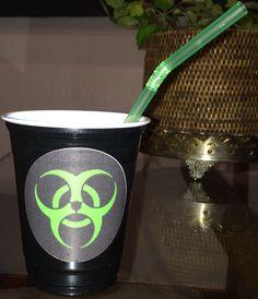 Mandei fazer vários adesivos com o símbolo #biohazard e colei nos copos pretos com canudo verde neon. Ficou bem bacana na mesa da festa!  #zombieparty #festazumbi #zumbi #festa #zombie