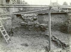 Gezicht op de opgravingen aan het Domplein te Utrecht, 1933. In het midden de barakmuur van de laatste Romeinse legerplaats.
