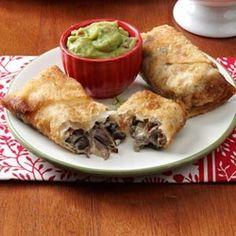 Chiminga de carne, haga hechas con crema agria, frijoles negros, y se sirve con guacamole