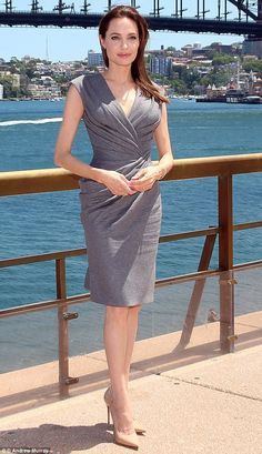 Angelina Jolie at press conference in Sydney she wore a custom-made Atelier Versace dress. Angelina Jolie Today, Angelina Jolie Style, Barely There Makeup, Robes Glamour, Nice Dresses, Dresses For Work, Atelier Versace, Versace Dress, Provocateur