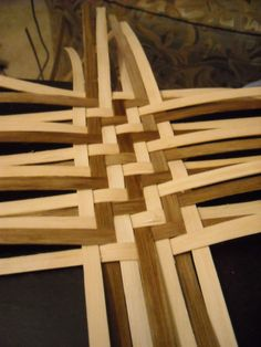 This is a twill weave, characterized by its up two over two method as opposed to… Flax Weaving, Bamboo Weaving, Paper Weaving, Weaving Art, Hand Weaving, Basket Weaving Patterns, Pine Needle Baskets, Basket Crafts, Newspaper Basket