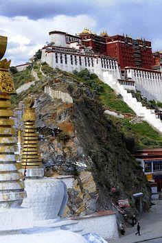 El Palacio de Potala, en el Tibet, es la residencia del Dalai Lama desde el siglo XVII. Situado en la montaña de Hongshan, a 3.763 metros sobre el nivel del mar y con sus 13 niveles de altura, hacen de él un monumento impresionante de la arquitectura budista. Por todo su valor, fue nombrado como Patrimonio de la Humanidad por la UNESCO. | Foto http://www.flickr.com/photos/reurinkjan/3275303348/lightbox/