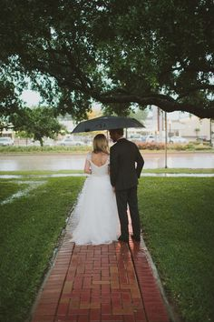 What to do if it rains on your wedding day bridal party under 13 couples with the best rainy wedding day photos on your junglespirit Gallery