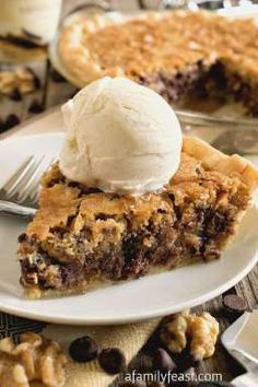 Toll House Chocolate Chip Pie - All of the classic flavors of Toll House Chocolate Chip Cookies in a warm, dense, fudgy cookie pie!  So good! Tollhouse Pie, Tollhouse Cookie Bars, Chocolate Chip Cookie Pie, Chocolate Pies, Giant Chocolate, Dessert Chocolate, White Chocolate, Homemade Chocolate, Christmas Pies