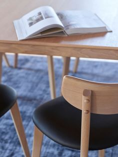 BRAGE Spisestol med svart sete i PU hvitpigmentert lakkert eik