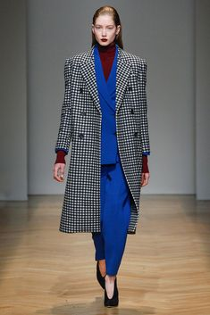 Pantsuit and check wool coat emphasizing male volumes for AquilanoRimondi FW2017-18.