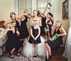 Esta es una idea de fotos divertidas con tus damas de honor.