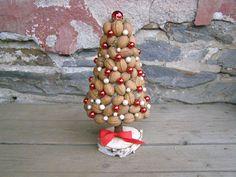 A může přijít Ježíšek II Stromeček z ořechů, dozdoben kouličkami, kuličkami, stuhou..... Celková výška stromečkuasi 30 cm.