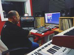 """Sesión hoy con @gordo_master en @showtimeestudio grabando temas nuevos y checkeando los que hay de otras sesiones. Más de la mitad de """"Visionario"""" ya está grabado.  [Contacta con el estudio para grabar mezclar y/o masterizar tu proyecto en hola@ShowtimeEstudio.com o a través de la web]  #gordomaster #visionario #showtimeestudio #grabacion #mezcla #masterización #mastering #rap #hiphop #rapespañol #hiphopespañol #musica #bighozone"""