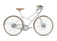 Favorit Diamante - Městské kolo pro každodenní proplétání se uličkami, z něhož díky vzpřímené jezdecké poloze můžete neustále sledovat cvrkot kolem sebe. Elegantní, tiché a přitom technicky dokonalé kolo, u kterého se navíc nemusíte bát, že si zašpiníte kalhoty o řetěz.