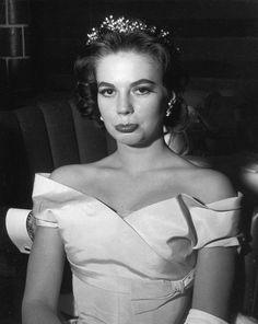 in an old photo, yes is she the great actrees of #Hollywood #NatalieWood; forever beautiful !!! ... ;-) <3