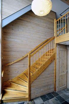 Deze gepotdekselde vrijstaande woning met garage is in 2007 gebouwd naar eigen ontwerp. Zodra u de woning binnenkomt begeeft u zich in Scandinavische sferen. De grenen muren en leistenen vloer zorgen voor een knusse en warme sfeer. Op de begane grond bevinden zich de woonkamer en woonkeuken die beiden zijn v.v. openslaande tuindeuren.