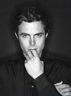 Casey Affleck is murderer . He was born on August 1975 Falmouth, Massachusetts. He is apart of a non-acting family. He is also part of the Theater Company of Boston. While finishing high school and attending university he appeared in many tv roles. Cassey Affleck, Ben And Casey Affleck, Ben Affleck, Beautiful Men, Beautiful People, Gorgeous Guys, Famous Vegans, Handsome Faces, Attractive People