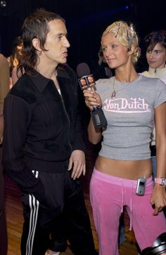 Paris Hilton interviews the designer Jeremy Scott backstage while wearing a Von Dutch t-shirt and pink Juicy Couture sweatpants with her flip phone on the belt. 2000s Fashion Trends, Early 2000s Fashion, 90s Fashion, Vintage Fashion, Fashion Outfits, Style Fashion, 00s Mode, Paris Hilton Style, Paris And Nicole