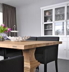 grijze muur en gordijnen in woonkeuken   grey wall and curtains in modern country kitchen