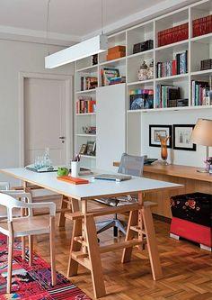 escritório: posição da mesa; luminária; estante;