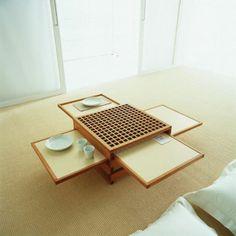 Kokoonlaitettava aamiaispöytä.