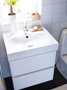 Badrummet anses av många vara ett rum som är svårt att uppdatera utan drastiska metoder som till exempel att byta ut kaklet eller golvet. Men det finns betydligt enklare sätt att uppdatera badrummet för att passa den personliga stilen!