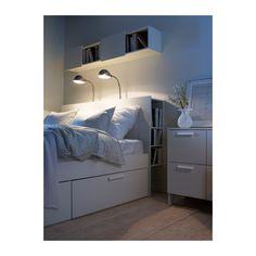 BRIMNES Cabeceira c/arrumação IKEA Arrumação para as coisas que quer manter perto da cama. 1 prateleira é regulável em 3 posições diferentes.
