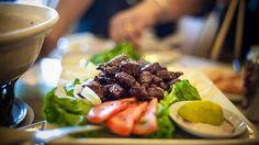 Cambodjaanse Lok Lak salade met runderreepjes.