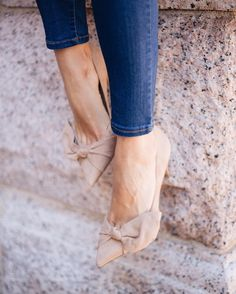 Add a stylish touch to your look with our soft leather bow detailed pump. Pair this must have pair with jeans for a polished yet casual look like @eatpraywearlove or wear with a classic pencil skirt for an office ready look | Banana Republic