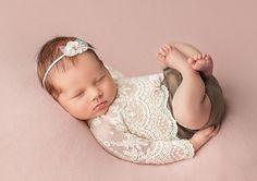 Ein romantisches Neugeborenen Set in Vinatge Optik für Baby Fotografie oder Taufe. Dieses Set besteht aus einem Body mit Spitze und einem Haarband. Haarband in zwei Varianten wählbar: 1. Farbe Creme ( wie auf dem Foto mit dem Baby) 2....