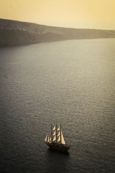 Te koop vanaf €16,- | Boat at Sunset | Santorini | Greece | by Karina Alvarenga Fotografie