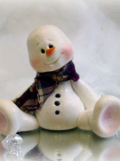 If you're new to the world of polymer clay or need winter crafts to make, then you'll love this adorable Christmas craft! Learn how to make a polymer clay snowman that you can display all season long. This is a fun way to decorate your mantel or tabl Polymer Clay Ornaments, Polymer Clay Projects, Polymer Clay Creations, Dough Ornaments, Snowman Crafts, Holiday Crafts, Holiday Decor, Crea Fimo, Polymer Clay Christmas