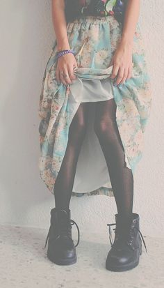 Why hello there ;) Cute skirt with an accent colour, matched with a pair of #Grunge shoes ! #WouldRockThis