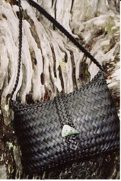 kete pango by Maua Aotearoa, via Flickr Flax Weaving, Weaving Art, Basket Weaving, Polynesian Designs, Maori Designs, New Zealand Flax, Flax Flowers, French Collection, Maori Art