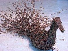 Edellisessä postauksessa lupasin kertoa, miten minä teen risulinnun. Tässäpä olisi ohjetta: Risulintua varten tarvitset muhkean kasan ta... Willow Garden, Diy Cans, Sculpture, Garden Ornaments, Christmas Art, Grapevine Wreath, Pet Birds, Wood Art, Grape Vines
