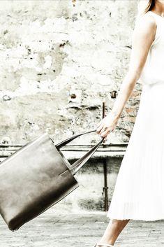 Unkomplizierter Shopper aus pflanzlich gegerbtem Rindsleder und handgefertigt in Italien. Shopper, Rind, Pure Products, Bags, Fashion, Italy, Handmade, Dime Bags, Leather
